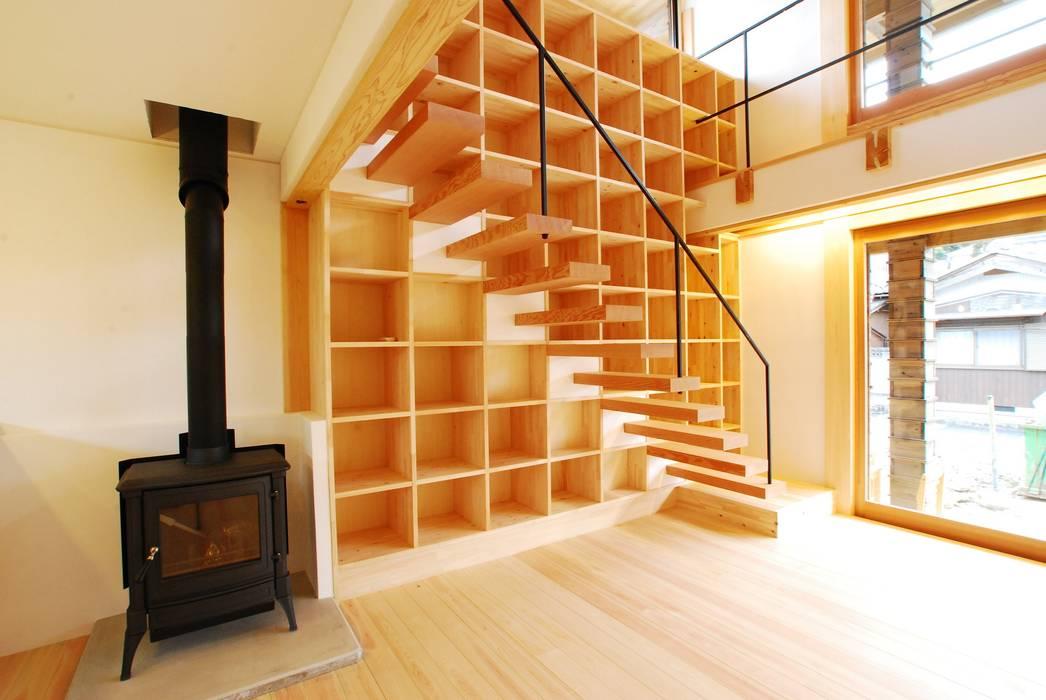 Wood stucco house: SSD建築士事務所株式会社が手掛けたリビングです。,モダン 無垢材 多色