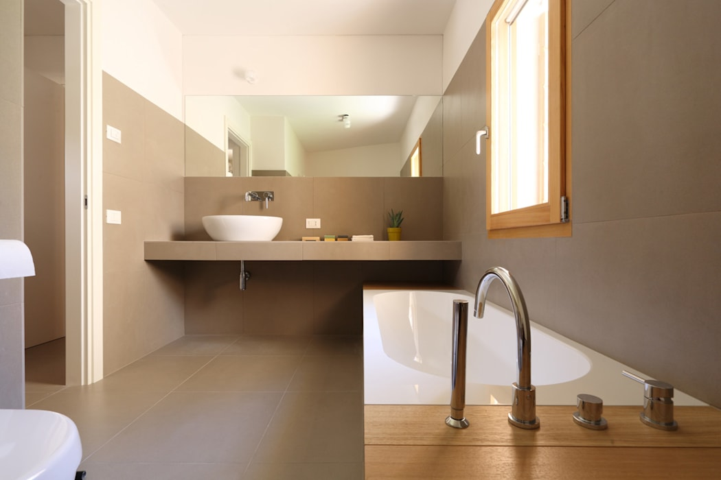 Minimalist style bathrooms by ALDENA Minimalist