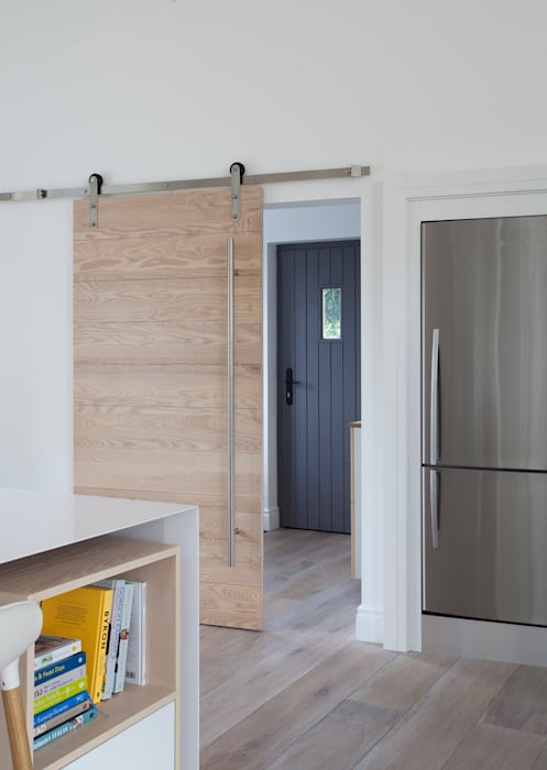 White Kitchen Designer Kitchen by Morgan ห้องโถงทางเดินและบันไดสมัยใหม่ White