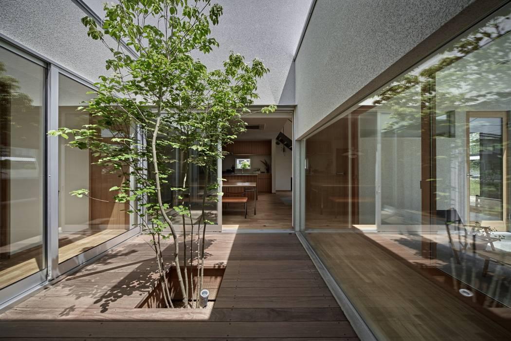 ホワイエのある家: toki Architect design officeが手掛けた庭です。