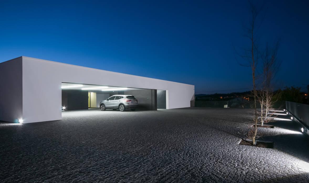 Garajes dobles de estilo  de ARTEQUITECTOS, Moderno