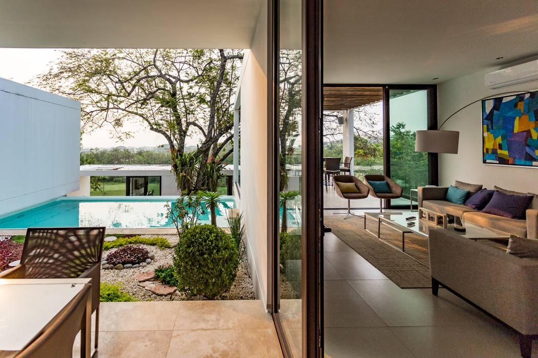Interior - Exterior Yucatan Green Design Balcones y terrazas de estilo minimalista