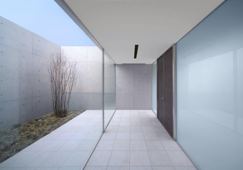 Atelier Square Moderner Flur, Diele & Treppenhaus Weiß