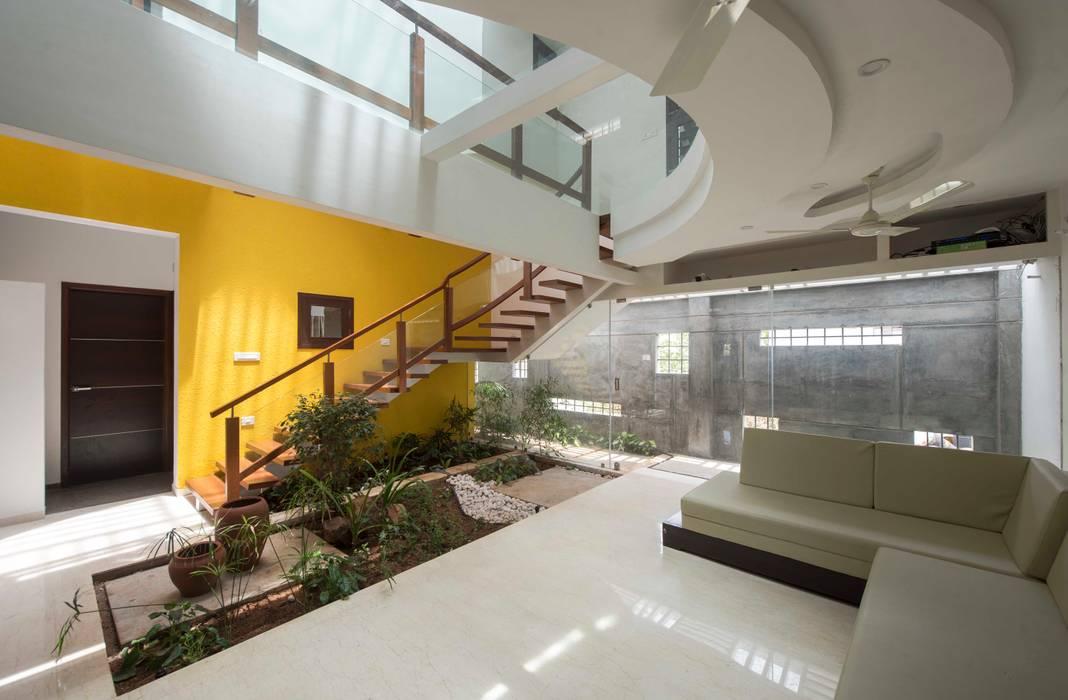 UMA GOPINATH RESIDENCE:  Living room by Muraliarchitects,Modern