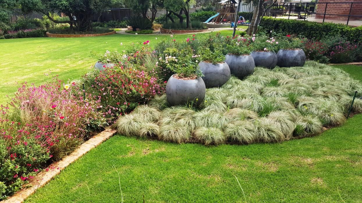 Nowoczesny ogród od Gorgeous Gardens Nowoczesny
