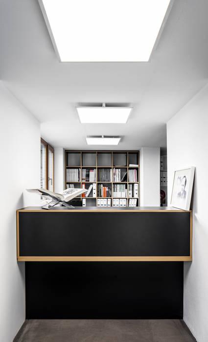 Коридор и прихожая в . Автор – RK Next Architekten, Модерн
