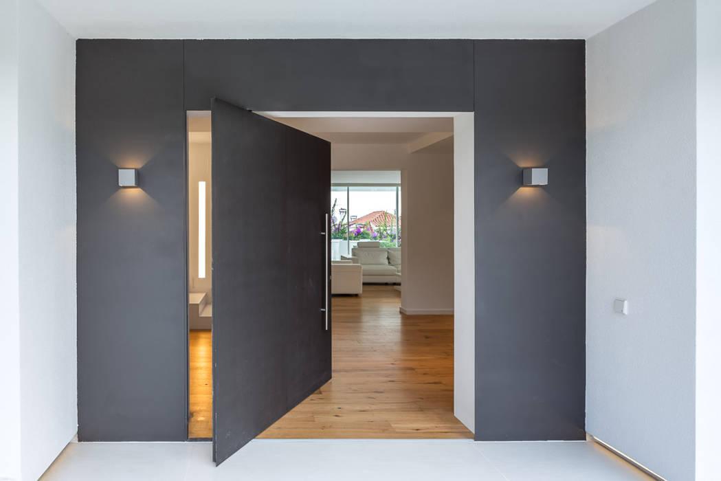 Herrero House - Main Door: Casas de estilo  de 08023 Architects