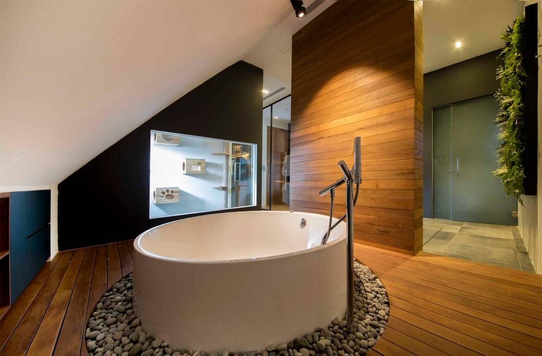 Bathroom by Eightytwo Pte Ltd, Modern