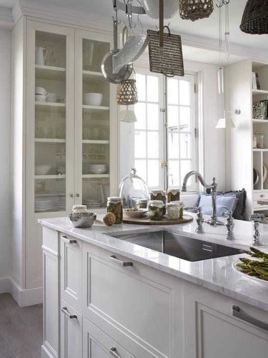 Encimera de mármol combinada con una grifería bimando de estilo clásico DEULONDER arquitectura domestica Cocinas de estilo rústico Blanco