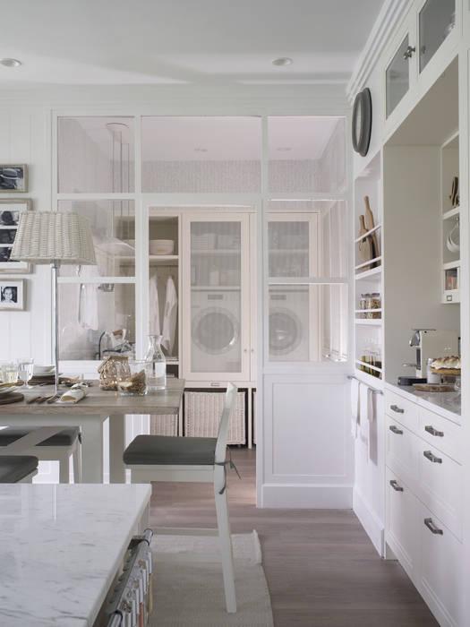 Relación de la cocina con el lavadero con área de planchado DEULONDER arquitectura domestica Cocinas de estilo rústico Blanco