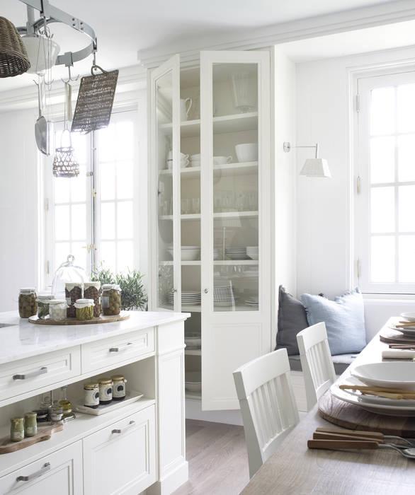 Una alacena con gran capacidad de almacenaje DEULONDER arquitectura domestica Cocinas de estilo rústico Blanco