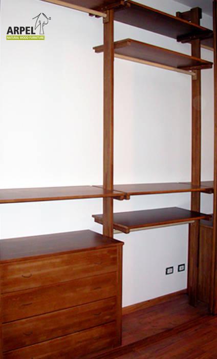 Dettaglio interno cabina armadio con sistema di divisori verticali misto a colonne: Camera da letto in stile in stile Asiatico di Arpel
