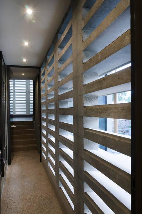 Коридор, прихожая и лестница в модерн стиле от VMArquitectura Модерн Бетон