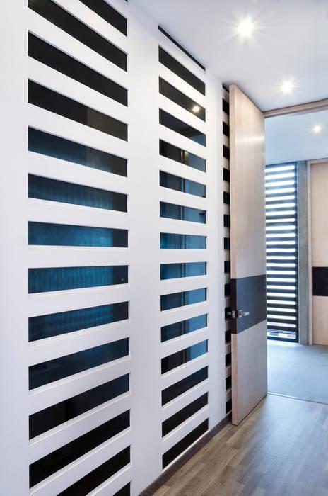 Modern corridor, hallway & stairs by VMArquitectura Modern Concrete