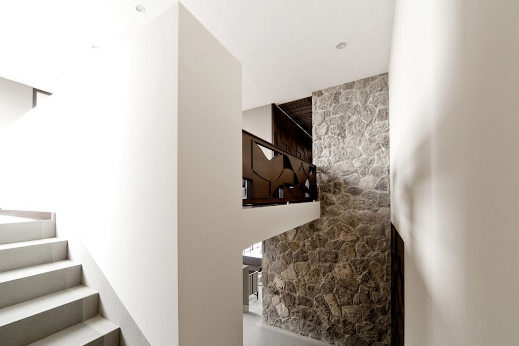 Modern Corridor, Hallway and Staircase by VMArquitectura Modern Concrete