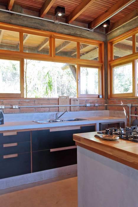 廚房 by SCALI & MENDES ARQUITETURA SUSTENTAVEL, 田園風
