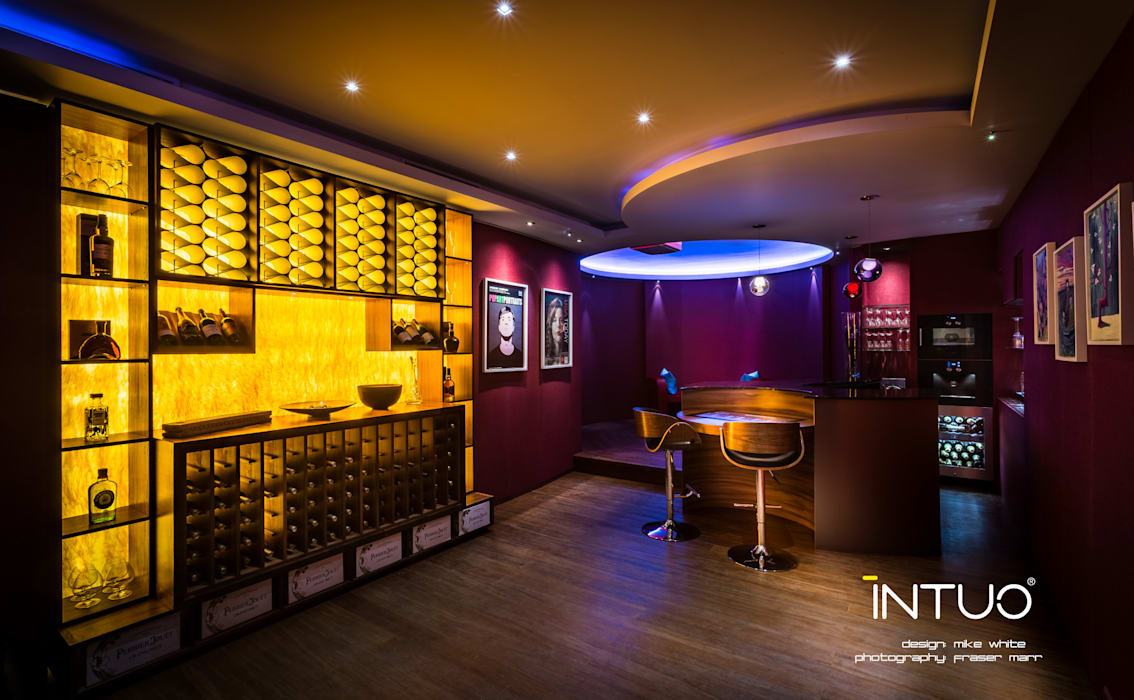 The games room and bar.:  Media room by Intuo,