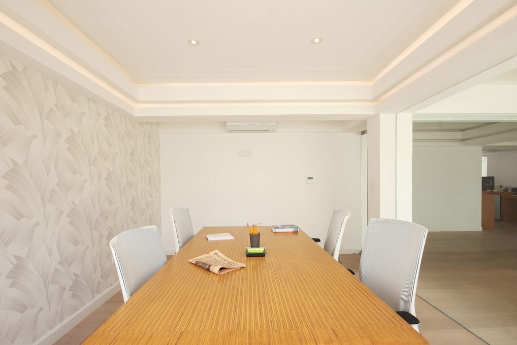 Sala de juntas: Estudios y oficinas de estilo  por All Arquitectura,
