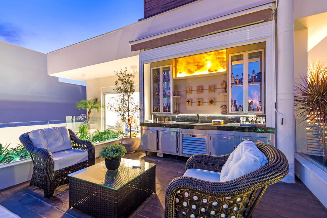 Modern balcony, veranda & terrace by Designer de Interiores e Paisagista Iara Kílaris Modern