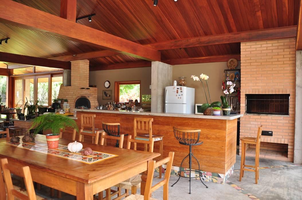 Área de lazer rústica. Lozí - Projeto e Obra Varandas, alpendres e terraços rústicos