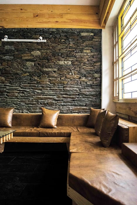 Manuj Agarwal Architects Residence cum Studio, Dehradun:  Media room by Manuj Agarwal Architects