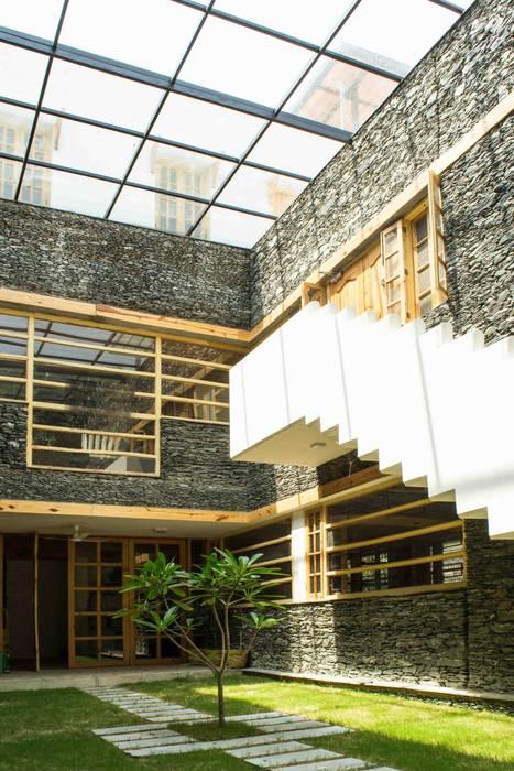 Manuj Agarwal Architects Residence cum Studio, Dehradun:  Garden by Manuj Agarwal Architects