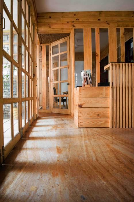 Manuj Agarwal Architects Residence cum Studio, Dehradun:  Study/office by Manuj Agarwal Architects