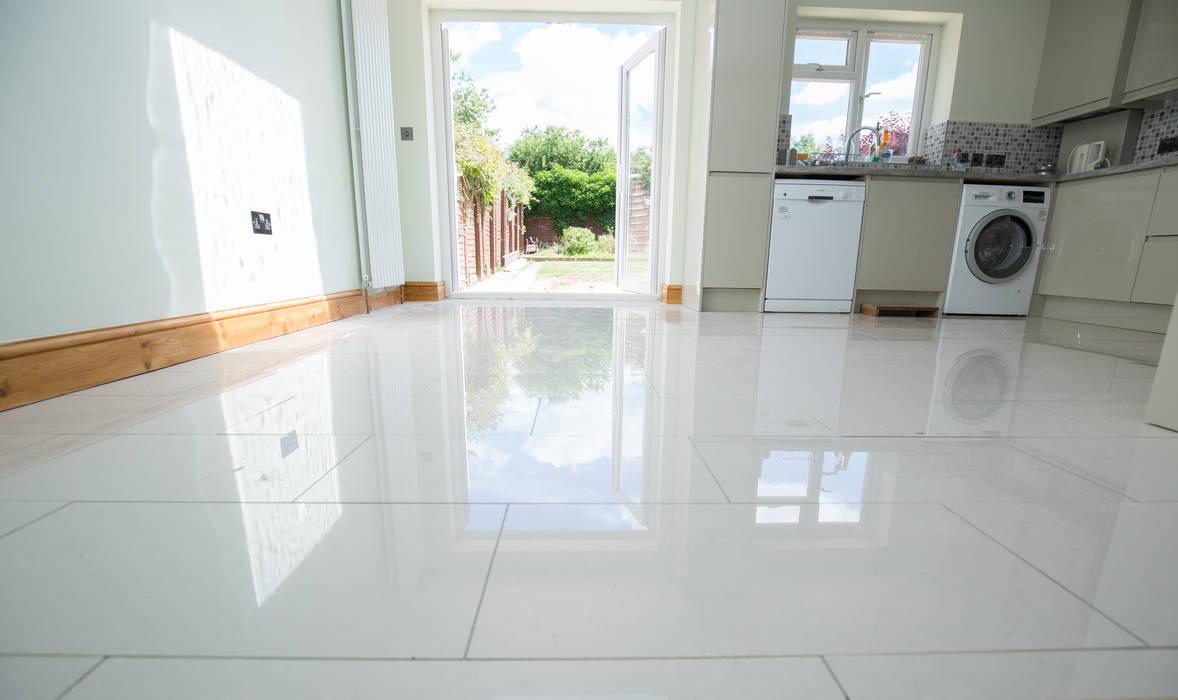 Beautiful flooring for the finishing touch Moderne Wände & Böden von The Market Design & Build Modern