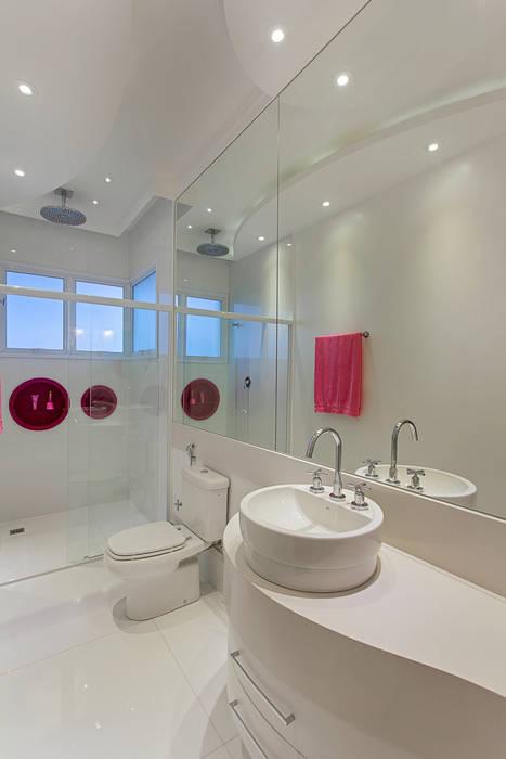 Casa Moinho dos Ventos Banheiros modernos por Arquiteto Aquiles Nícolas Kílaris Moderno Mármore