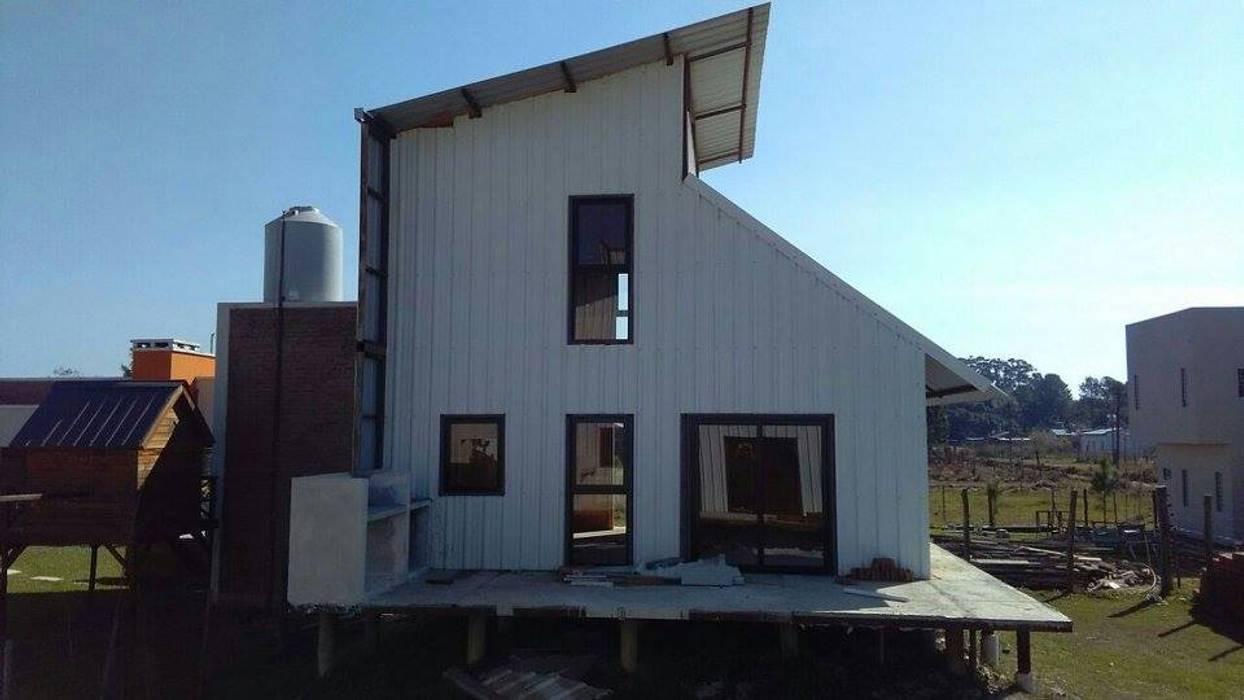Rumah oleh FILIPPIS/DIP - DISEÑO Y CONSTRUCCION, Modern Metal
