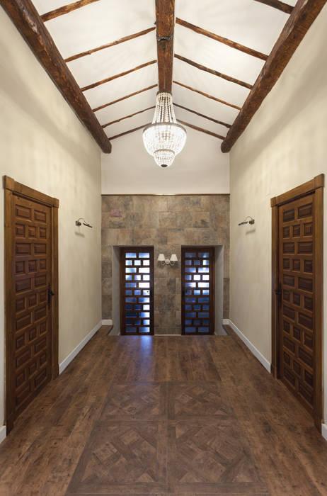 Casa entre vinhedos Corredores, halls e escadas rústicos por Raul Garcia Studio Rústico
