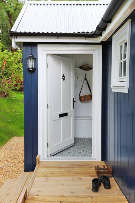 Portas de madeira  por The Wee House Company, Campestre
