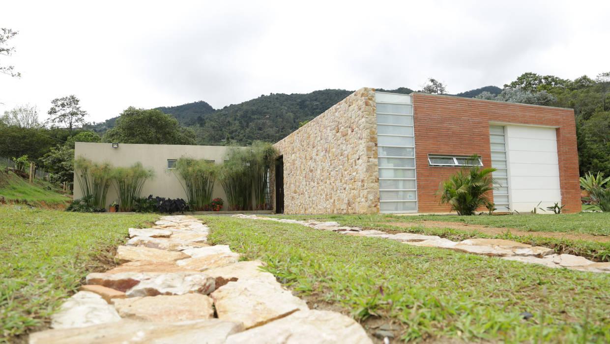Casa Dapa AN: Casas de estilo  por COLECTIVO CREATIVO, Moderno Piedra