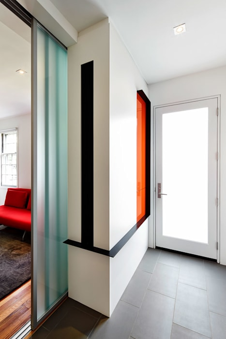 Pasillos, vestíbulos y escaleras de estilo moderno de KUBE Architecture Moderno