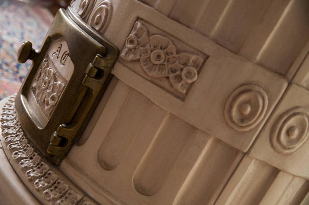 Particolare del decoro - by Stufe Collizzolli- Bolbeno - Trento : Soggiorno in stile in stile Classico di STUFE COLLIZZOLLI sas