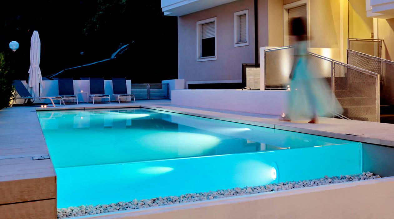 Infinity pool: Piscina in stile  di DomECO