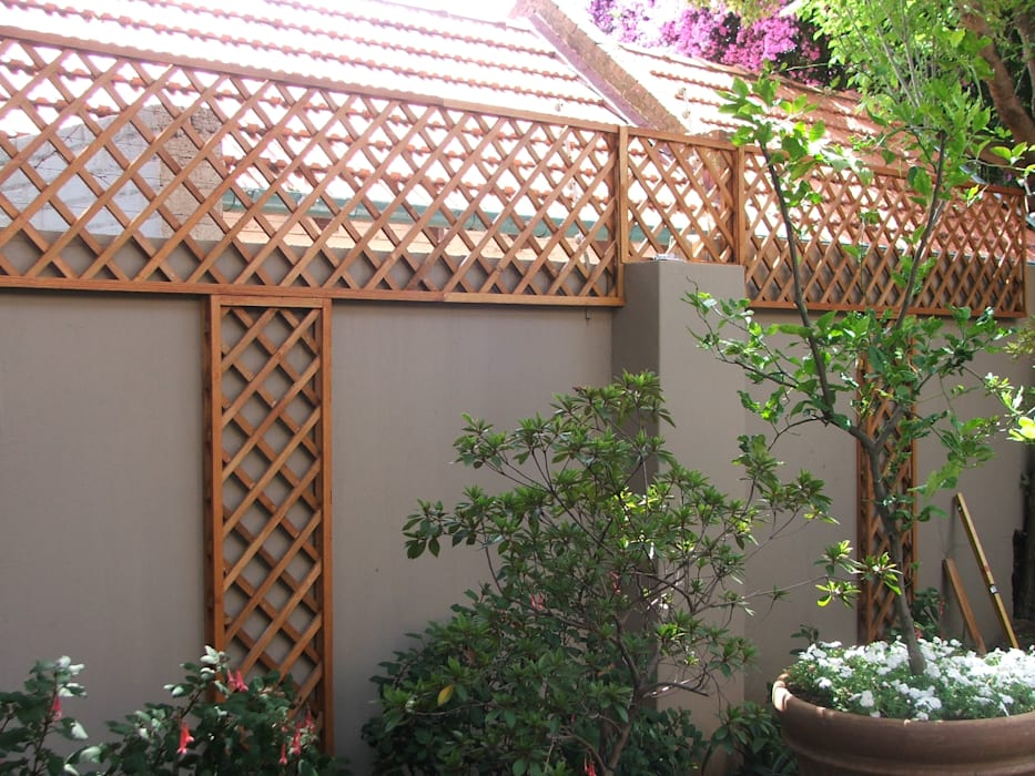 SCREEN ABOVE WALL WITH LADDERS Modern houses by Oxford Trellis Modern