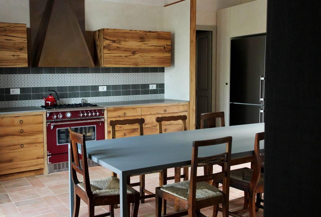 Sbirciando dal soggiorno: Cucina in stile in stile Rustico di Falegnameria Ferrari