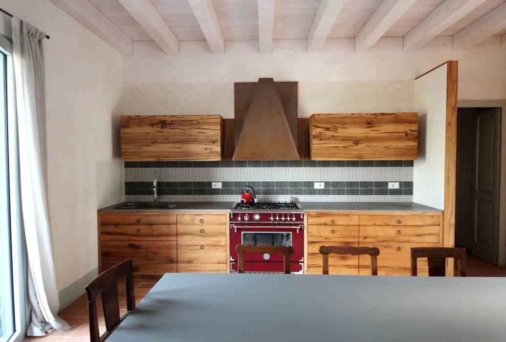 Cucina vista frontale: Cucina in stile in stile Rustico di Falegnameria Ferrari