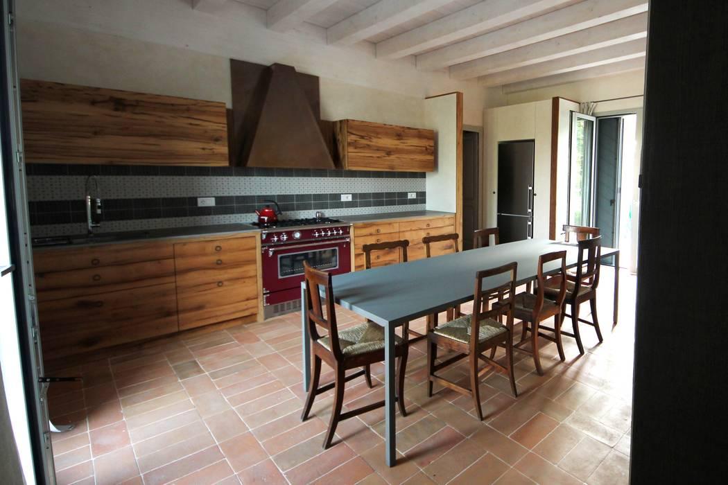 Old Oak Kitchen: Cucina in stile in stile Rustico di Falegnameria Ferrari