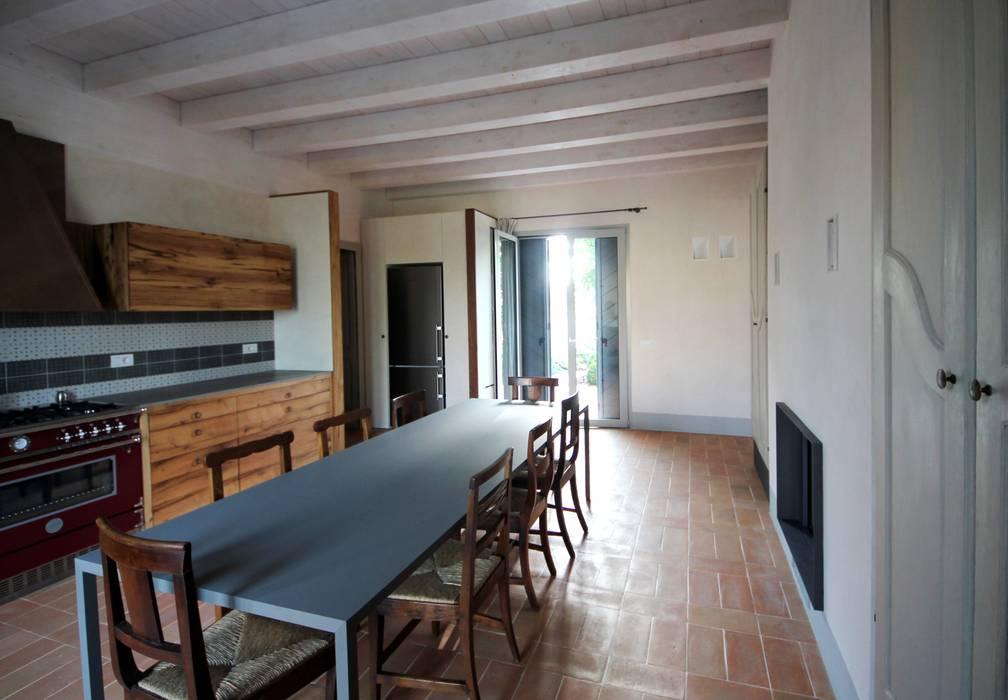 L'ambiente luminoso della cucina: Cucina in stile in stile Rustico di Falegnameria Ferrari