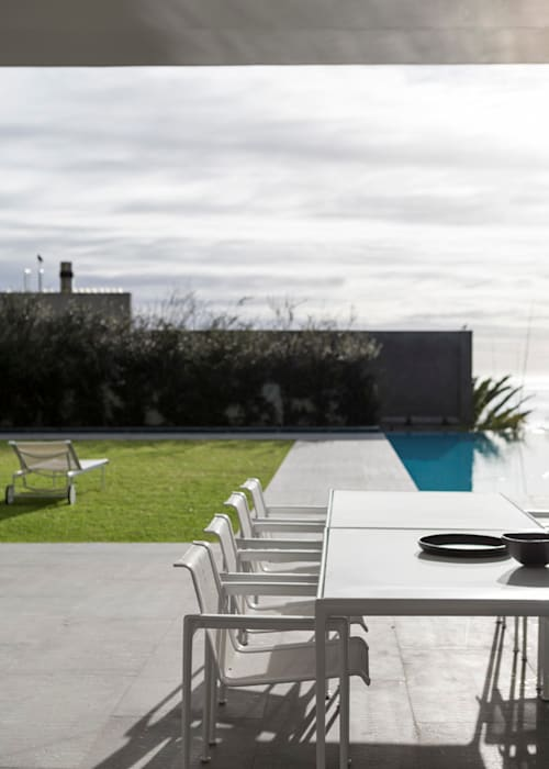 Outside dining area:  Garden by Jenny Mills Architects