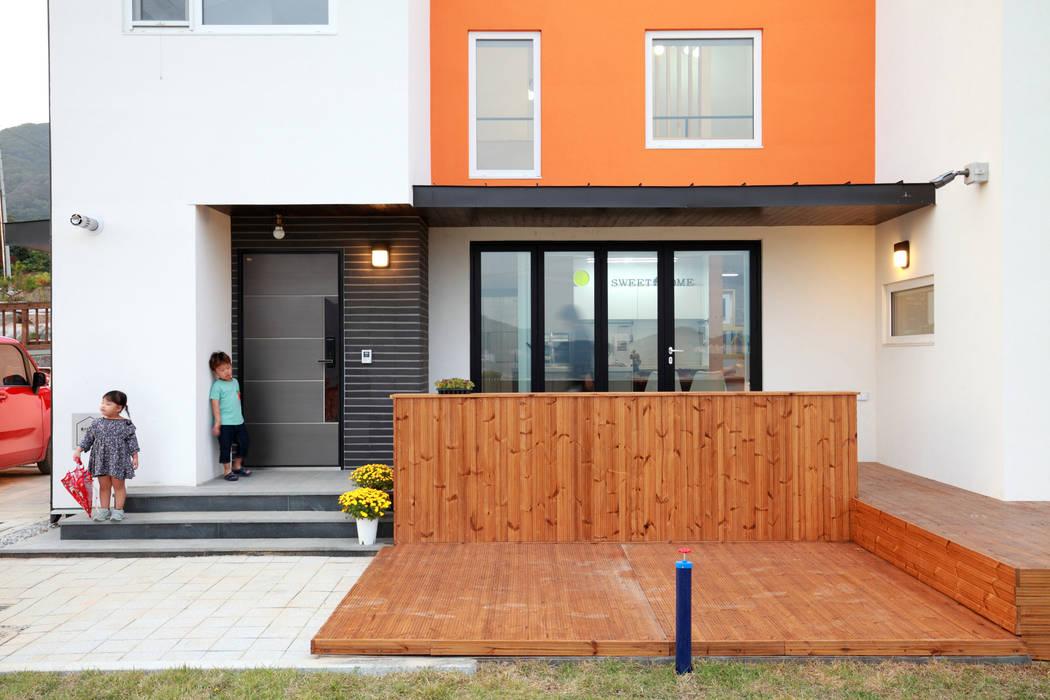 전면데크: 주택설계전문 디자인그룹 홈스타일토토의  베란다,모던 우드 우드 그레인