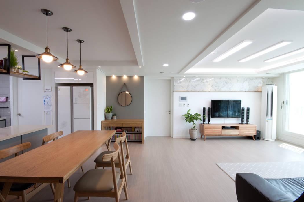 Ruang Keluarga Modern Oleh 디자인투플라이 Modern
