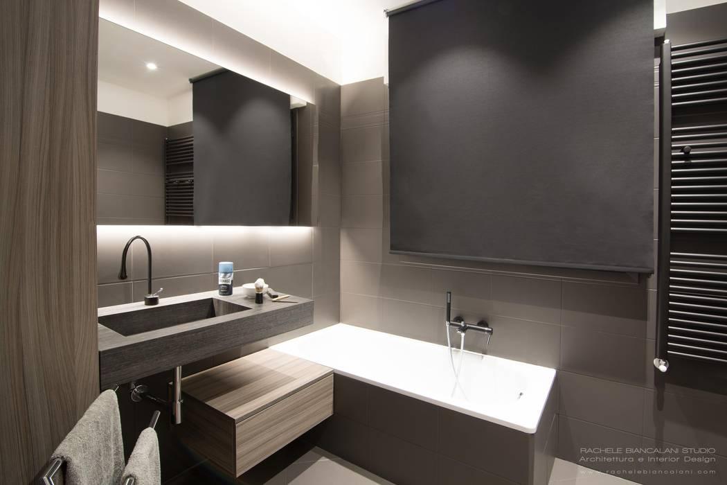 DARK WATER - a very dark bathroom - galactic renovation - TRASFORMAZIONE GALATTICA: Bagno in stile in stile Moderno di Rachele Biancalani Studio