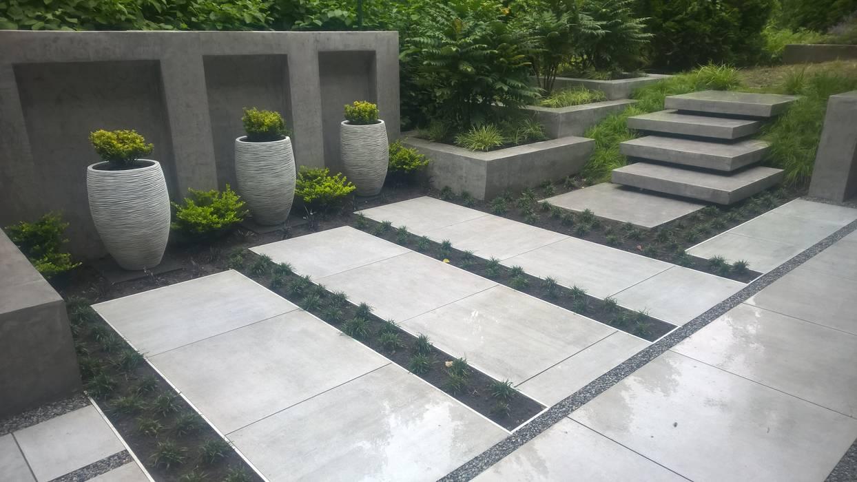 Moderne terrasse, bank, wasserfall: garten von neues ...