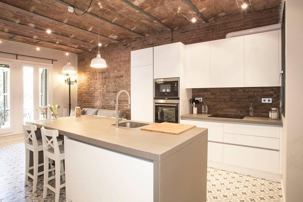 Cocina con isla Cocinas de estilo moderno de Grupo Inventia Moderno Compuestos de madera y plástico