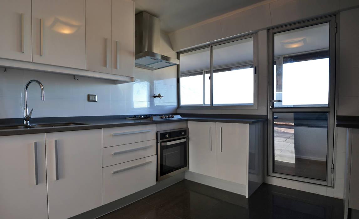 Modern kitchen by ESTUDIO BASE ARQUITECTOS Modern