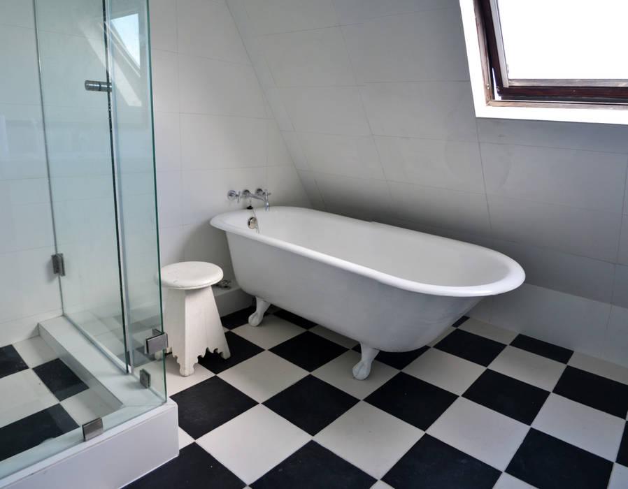 Minimalist bathroom by ESTUDIO BASE ARQUITECTOS Minimalist
