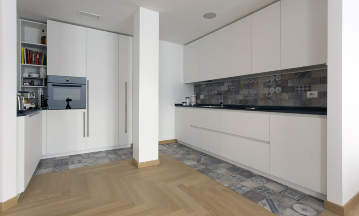 PAVIMENTI E ACCOSTAMENTI : Cucina in stile in stile Moderno di Luigi Brenna Architetto